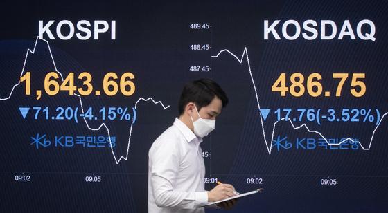 17일 서울 여의도 KB국민은행 스마트 딜링룸에서 장이 열리자 코스피, 코스닥 지수가 3% 넘게 하락한 채 출발하고 있다. 뉴스1