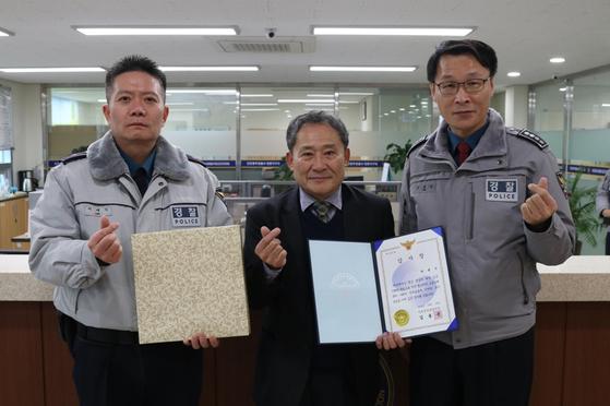 '인천 장발장'에게 후원을 한 시민(가운데)과 경찰관. [사진 인천중부경찰서]