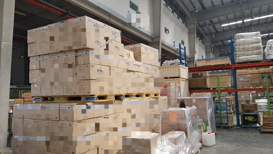 인천공항 인근 물류창고에 보관돼 있던 95만장의 마스크. 경기남부청 광역수사대가 판매업체 16곳을 적발해 조사 중이다. [경찰청 제공]