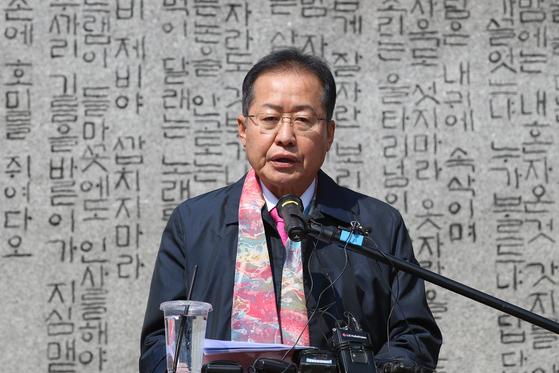 홍준표 전 자유한국당 대표가 17일 오후 대구 수성못 상화동산에서 4.15 총선 대구 수성을 무소속 출마를 선언하고 있다. 뉴스1
