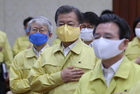 문재인 대통령(오른쪽 두 번째)이 17일 서울정부청사에서 열린 국무회의에 참석해 국민의례를 하고 있다. [청와대사진기자단]
