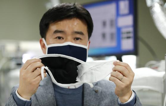 김일두 한국과학기술원(KAIST) 신소재공학과 교수가 16일 오후 대전 카이스트 연구실에서 나노섬유를 이용한 KF80~94 수준의 필터 효과를 갖는 나노 마스크를 개발, 나노 마스크에 대해 설명하고 있다. 뉴스1
