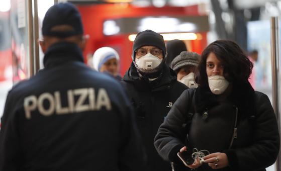 이탈리아 경찰이 기차에 탑승하는 승객들을 확인하고 있다. AP=연합뉴스
