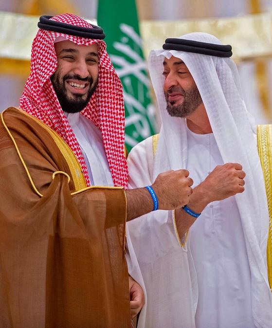 사우디아라비아의 무함마드 빈 살만(왼쪽) 왕세자가 지난해 아랍에미리트를 방문해 왕세제 무함마드 빈 자이드 알 나흐얀과 반갑게 인사를 나누고 있다. [AFP=연합뉴스]