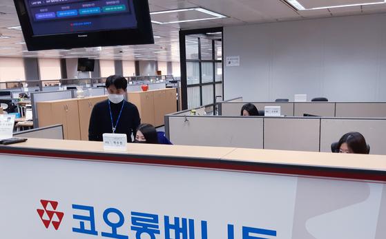 코오롱베니트 정보보안팀의 김승렬(사진 왼쪽) 팀장이 재택근무자를 위한 IT 서비스 제공에 이상이 없는지 운용 현황을 살펴보고 있다. 코오롱그룹은 재택근무 툴인 가상 사설망(VPN)을 대폭 증설했다. 사진 코오롱그룹