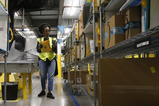 미국 애리조나주에 있는 아마존 물류센터에서 직원이 분류작업을 하는 모습. [AP=연합뉴스]