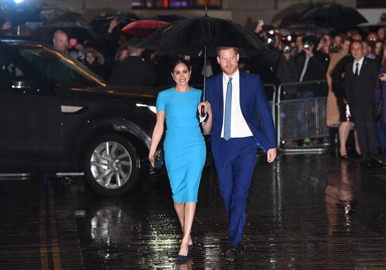 영국 해리 왕자와 메건 서식스 공작부인이 5일 런던 맨션 하우스에서 열린 인데버 펀드 어워즈에 참석하기 위해 발걸음을 옮기고 있다. 사진 EPA=연합뉴스