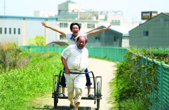 정의신 감독의 연극 '야끼니꾸 드래곤'을 스크린으로 옮긴 '용길이네 곱창집'. [사진 퍼스트런]