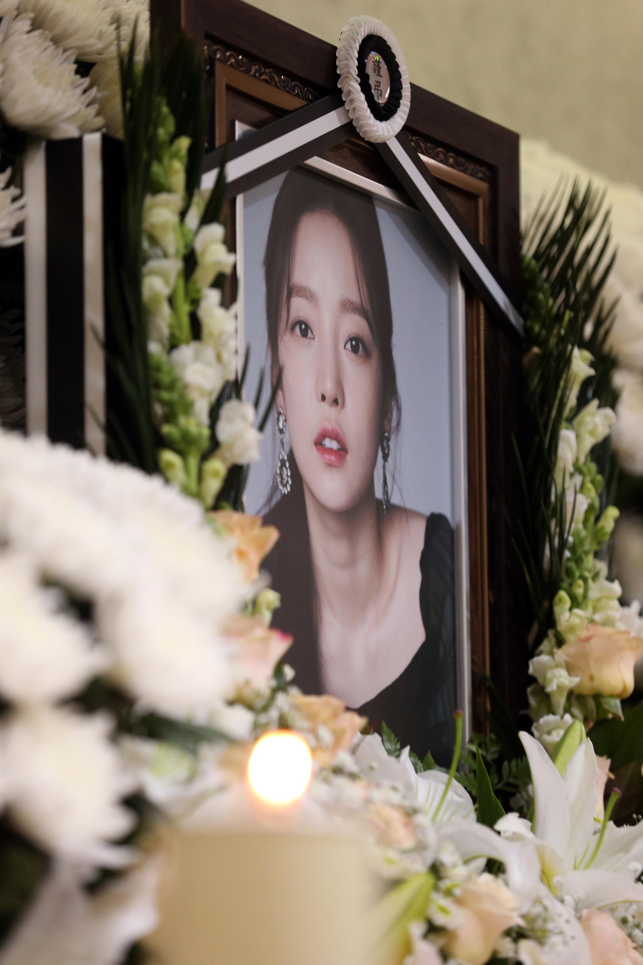 가수 고(故) 구하라의 일반 빈소가 마련된 서울 강남 성모병원 장례식장에 놓인 영정. 사진공동취재단