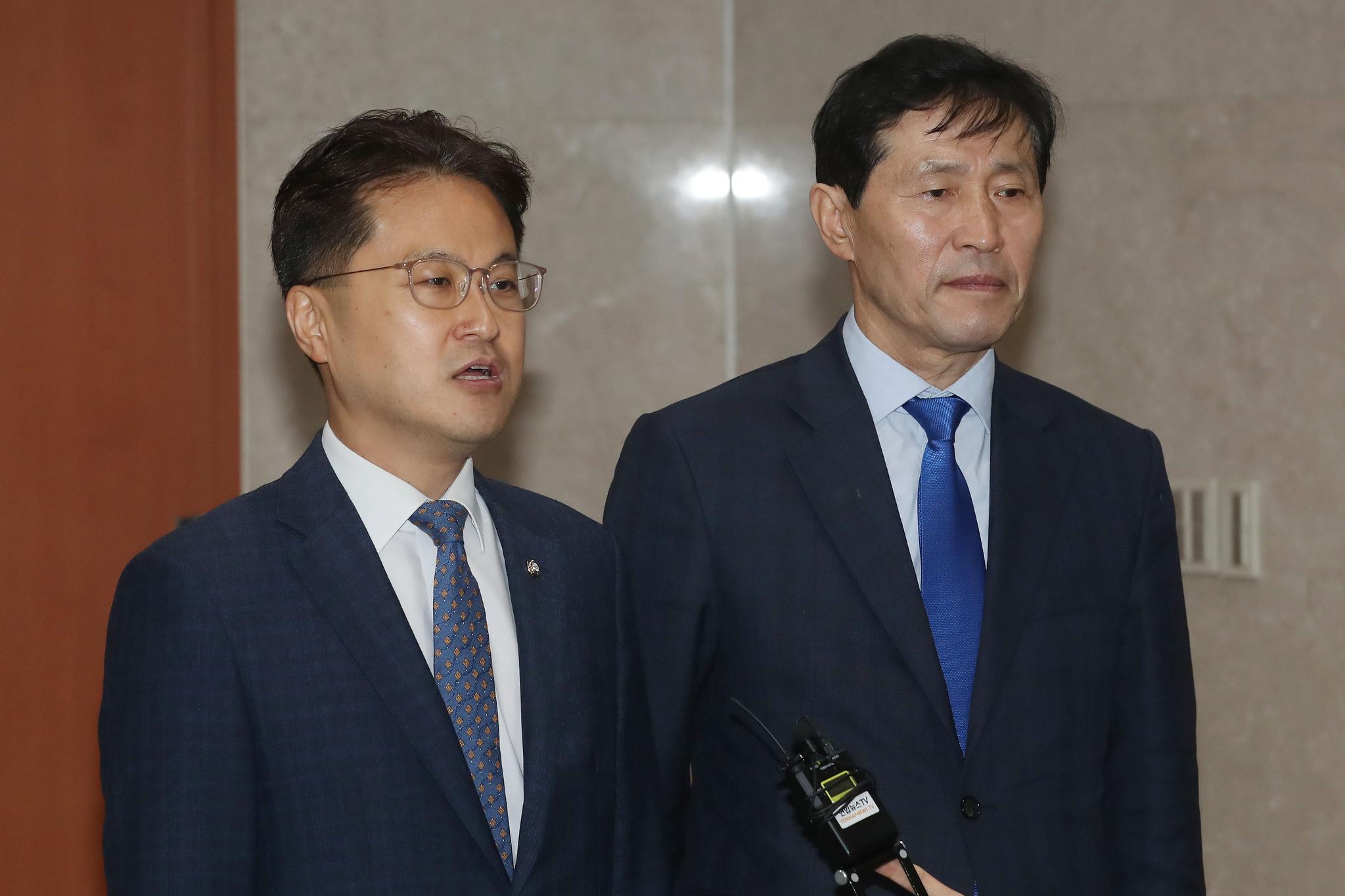 김정우 더불어민주당 의원(왼쪽)과 이학영 의원. 뉴스1