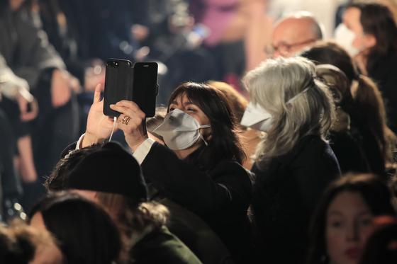 지난 2월 27일 파리 패션위크 이자벨마랑 2020 가을겨울 쇼에서 마스크를 쓴 관중이 촬영을 하고 있다. 사진 AP=연합뉴스