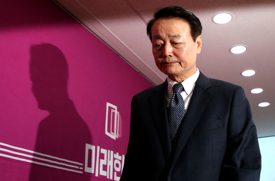 한선교 미래한국당 대표가 19일 오후 서울 영등포구 여의도 미래한국당 당사에서 당대표직 사퇴 기자회견을 한 후 당사를 떠나고 있다. [뉴시스]