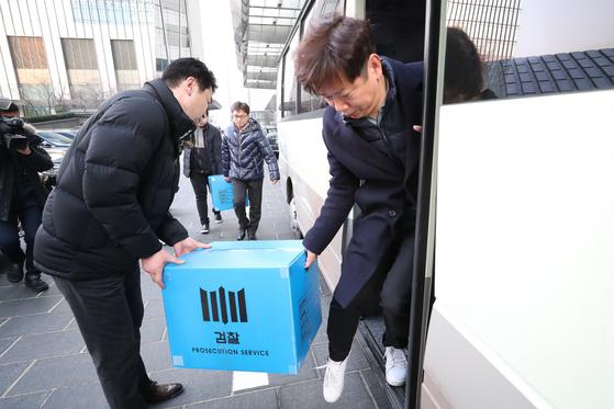 지난 2월 19일 오후 서울 영등포구 여의도 IFC에 입주한 라임자산운용 사무실에서 압수수색을 마친 검찰 수사관들이 압수품을 차량으로 옮기고 있다. [뉴스1]