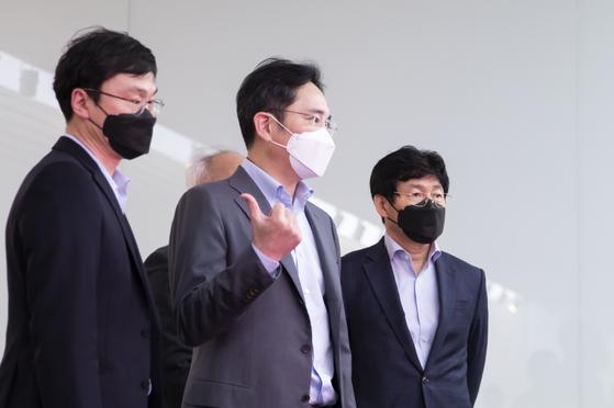 이재용 삼성전자 부회장은 19일 삼성디스플레이 아산사업장을 찾아 디스플레이 패널 생산 상황을 살펴보고 있다. [사진 삼성전자]