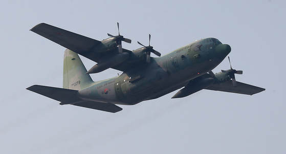 비행하는 C-130 수송기. 연합뉴스
