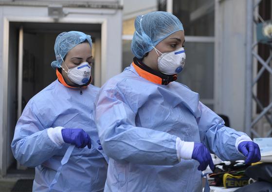 18일 이탈리아 밀라노의 한 병원에서 응급요원들이 환자를 보기 위한 준비를 하고 있다. [EPA=연합뉴스]