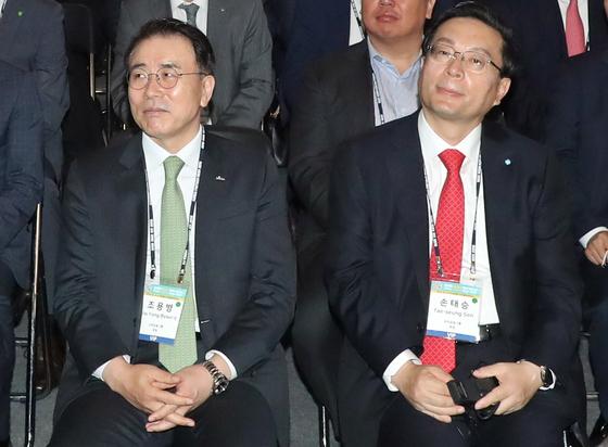 지난해 5월 열린 한 행사에 참석한 조용병 신한금융그룹 회장(왼쪽)과 손태승 우리금융그룹 회장. 뉴스1