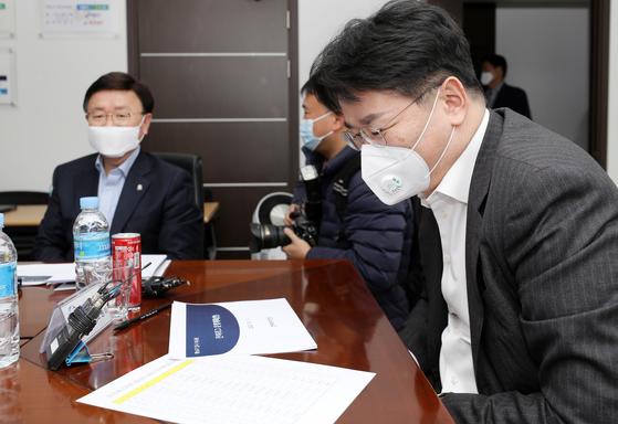 조원태 한국배구연맹(KOVO) 총재가 19일 오후 서울 마포구 상암동 KOVO 대회의실에서 열린 긴급 이사회에서 회의 문건을 살펴보고 있다. [뉴스1]
