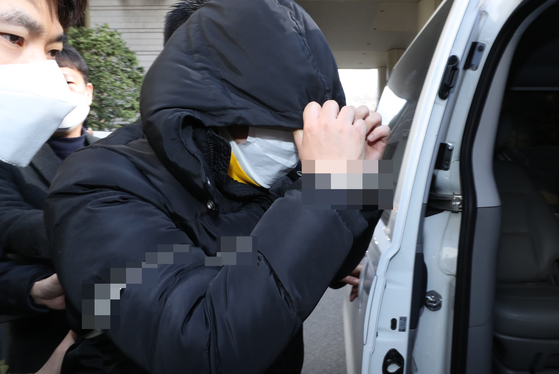 19일 'n번방' 사건의 핵심 피의자 조모씨(별명 박사)가 서울중앙지법에서 구속 심사를 받은 뒤 경찰 호송차에 타고 있다. [연합뉴스]