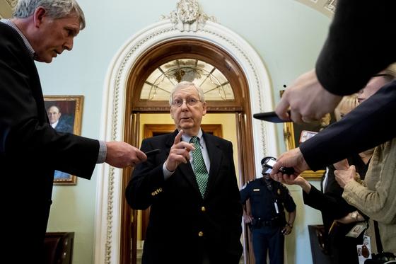 미치 맥코넬 미국 상원의원이 기자들의 물음에 답하고 있는 모습. 상원은 18일(현지시간) 코로나 위기에 대응하기 위한 긴급예산안을 통과시켰다. [EPA=연합뉴스]
