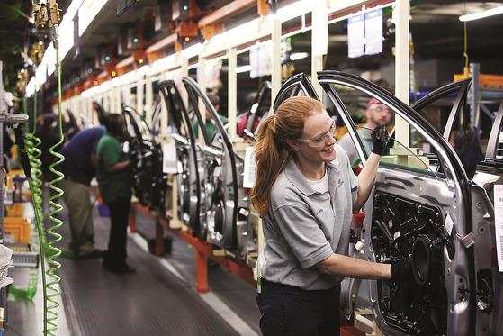 미국 앨라배마주 몽고메리의 현대자동차 앨라배마공장에서 근로자들이 쏘나타와 아반떼(현지명 엘란트라)에 도어(문짝)를 붙이고 있다. 사진 현대자동차