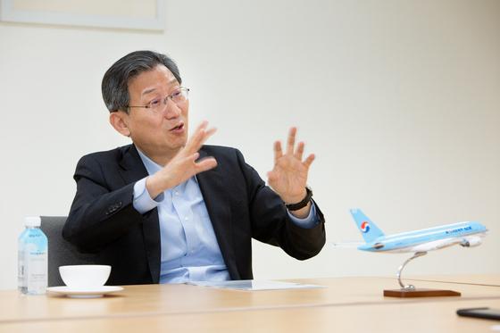 18일 오후 서울 서소문 대한항공 본사에서 한진칼 석태수 부회장이 한진그룹의 경영 비전에 대해 설명하고 있다. 사진 한진칼