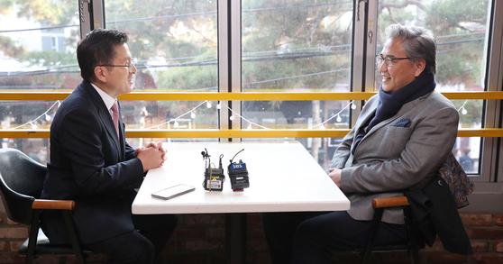 자유한국당 황교안 대표가 11일 오후 서울 종로구 대학로의 한 카페에서 박진 전 의원과 만나 대화하고 있다. 연합뉴스