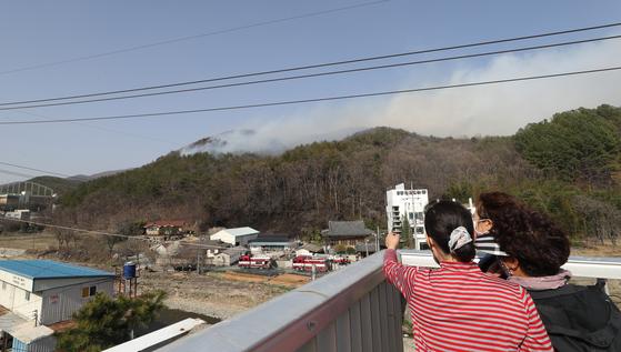 19일 오후 울산시 울주군 웅촌면 대복리의 한 야산에서 난 불이 강한 바람을 타고 번지고 있다. 연합뉴스