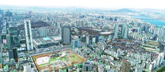정부가 시세 9억원 이상 아파트를 중심으로 보유세 부과의 기준이 되는 공시가격을 크게 올렸다. 서울 아파트 공시가격은 평균 14.75% 올라 13년 만에 가장 높은 상승률을 기록했다. 사진은 강남구에서 바라본 서울의 모습. [연합뉴스]