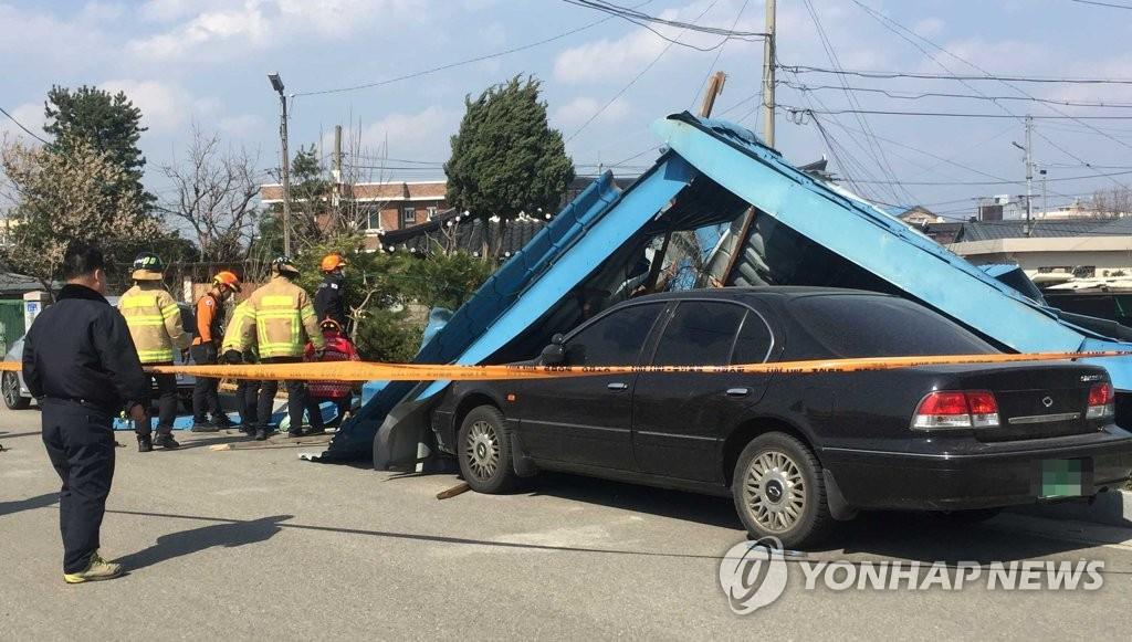 19일 오후 2시께 강원 동해시 송정동에서 주택 지붕이 강풍에 날아가면서 인근에 주차된 차량 2대가 파손되는 피해가 발생했다. 연합뉴스