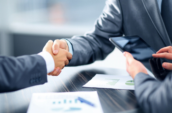 자본시장법에서는 금융투자업자가 신의성실의 원칙에 따라 공정하게 금융투자업을 영위하도록 규정하고 있습니다. 금융투자업자와 고객 사이에는 고도의 신뢰관계가 있고, 금융투자업자는 고객을 보호해야 한다는 의미입니다. [사진 Pixabay]