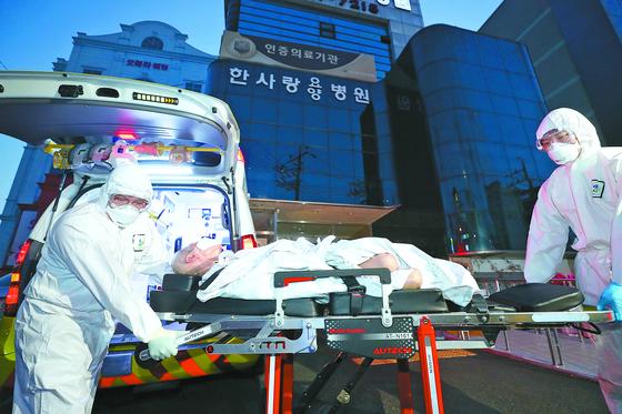 집단 감염이 발생한 대구 한사랑요양병원에서 18일 오후 환자가 이송되고 있다. [뉴시스]