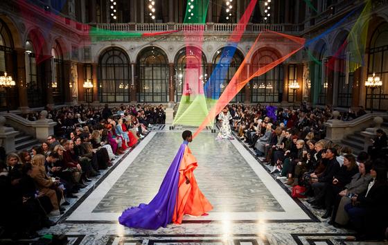 지난 2 월 16 일(현지 시간) 영국 런던에서 열린 '록산다'의 2020/21 가을겨울 컬렉션 쇼 현장. 비주얼 아티스트 라나 베굼이 폐어망으로 만든 작품 'No.976 네트(NET)'를 쇼 공간에 설치해 지속가능성과 실험성을 함께 보여줬다. 어망과 비슷한 색감의 옷을입은 모델이 걸어나오자 작품과 옷이 한데 어우러져 하나의 작품처럼 보인다. 사진 런던패션협회