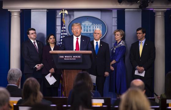트럼프 대통령이 18일(현지시간) 백악관에서 코로나19 대응 관련 기자회견을 하고 있다. EPA=연합뉴스