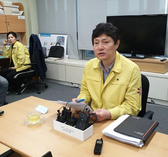 강영석 전북도 보건의료과장이 19일 전북도 기자실에서 도내 10번째 코로나19 환자 등에 대해 브리핑하고 있다. 김준희 기자