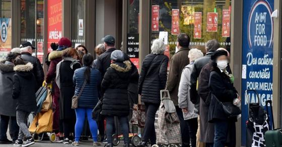 17일 프랑스 파리의 한 슈퍼마켓에 길게 늘어선 시민들. AFP=연합뉴스