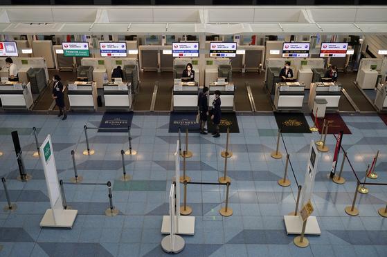 19일 일본 도쿄 하네다공항 일본항공(JAL) 체크인 카운터의 모습. 신종 코로나 사태로 공항이 텅 비었다. [EPA=연합뉴스]