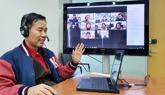 신종 코로나 바이러스 감염증(코로나19)확산으로 전국 대학들이 비상인 가운데 지난 11일 대전 KAIST에서 권영선 교육원장이 자체 학습관리시스템(KLMS : KAIST Learning Management System)을 활용한 '실시간 온라인 강의'를 사전 점검하고 있다. [프리랜서 김성태]