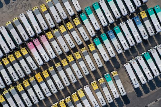 """18일 오후 대구시 북부시외버스터미널에 버스들이 주차장을 가득 메우고 있다. 시외버스터미널 관계자는 """"신종 코로나바이러스 감염증(코로나19) 확산 우려로 사람들이 외출을 꺼려 버스 운행률이 평소 대비 80% 이상 줄었다""""고 밝혔다. 연합뉴스."""