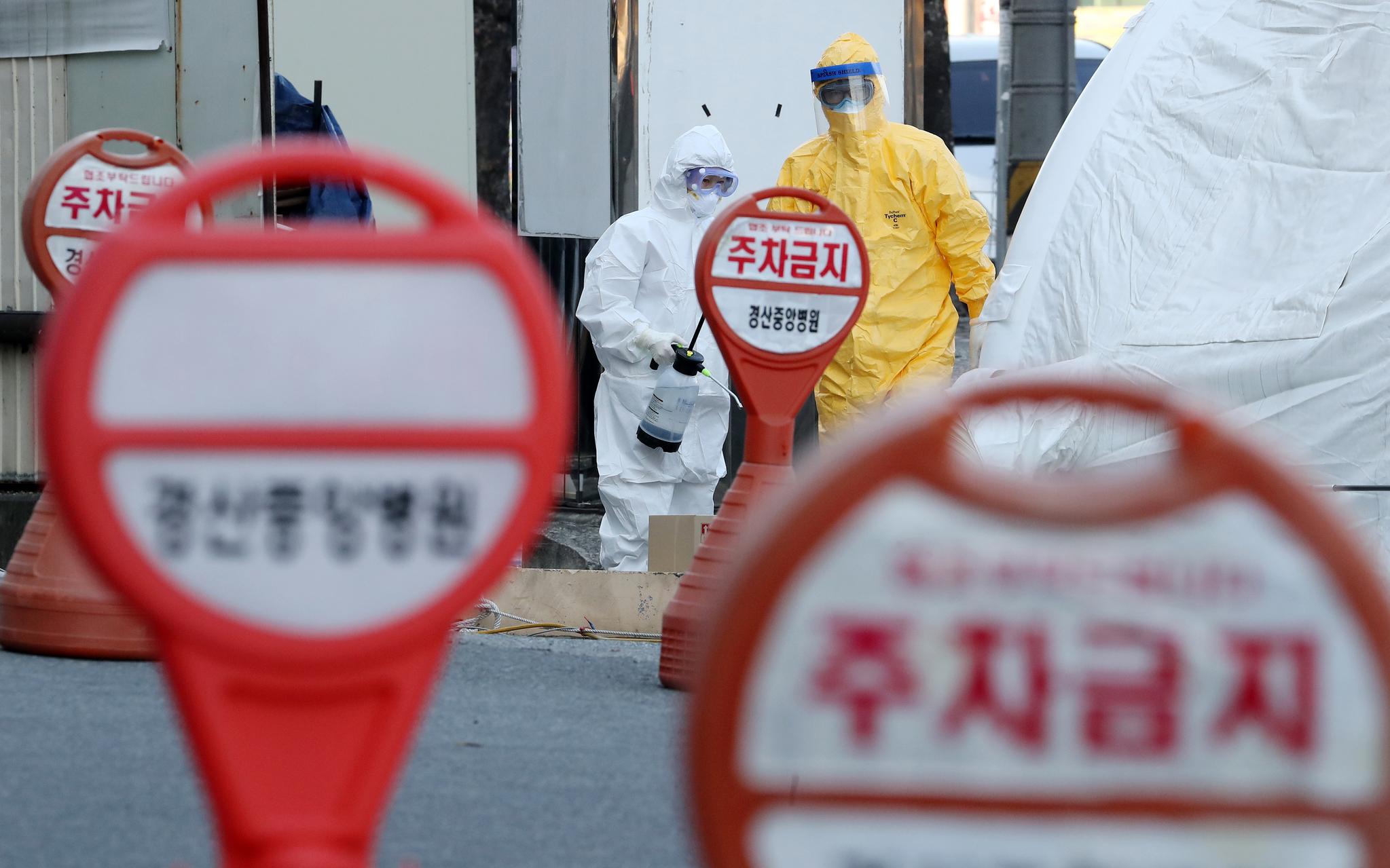 경북 경산시 경산중앙병원 선별진료소에서 의료진이 신종 코로나바이러스 감염증(코로나19) 의심환자 검사작업을 하고 있다. 연합뉴스