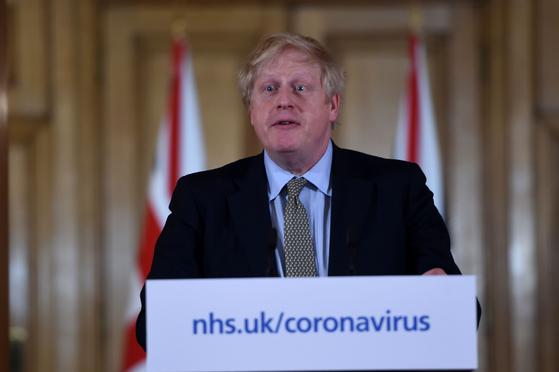 보리스 존슨 영국 총리가 18일 기자 회견에서 신종 코로나바이러스 감염증(코로나19) 대응에 대해 설명하고 있다. [AFP=연합뉴스]
