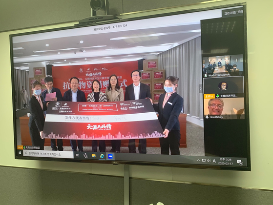 중국의 우시시(市)가 세계태권도연맹(WT)에 마스크 10만장을 기증했다. 조정원 WT 총재와 중국 우시 관계자들이 화상 통화로 마스크 기증식을 진행하는 모습. [사진 세계태권도연맹]