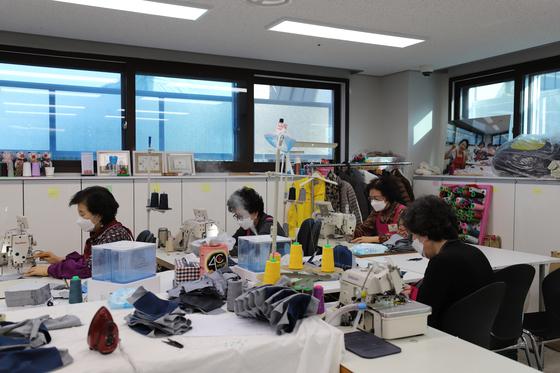 고양시니어클럽 소속 할머니들이 마스크를 만들고 있다. 이들은 18일 고양시에 500매를 기증했다. 한국노인인력개발원 제공
