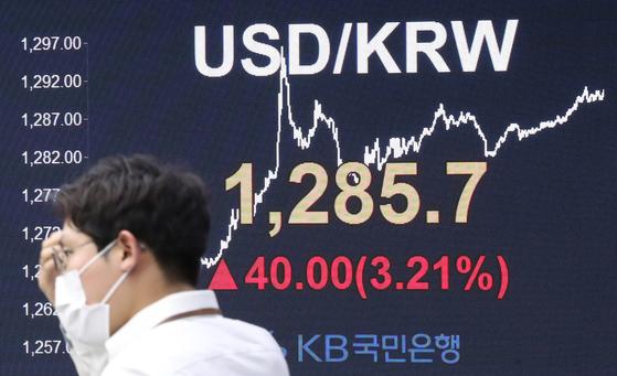 19일 서울 외환시장에서 원화 가치는 전날보다 달러당 40원 하락한 1285.7원으로 마감했다. 연합뉴스