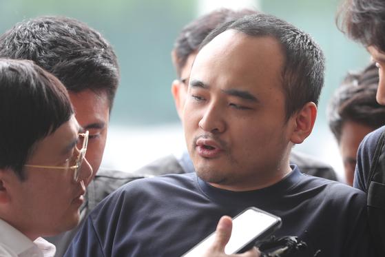 모텔 손님을 살해한 뒤 시신을 훼손해 한강에 유기한 혐의로 구속된 장대호(38)가 지난해 8월 21일 오후 경기 고양경찰서에서 취재진 질문에 답하고 있다. [연합뉴스]