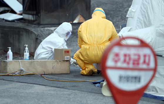 신종 코로나바이러스 감염증(코로나19) 의심환자 검사작업을 하고 있는 모습. 연합뉴스