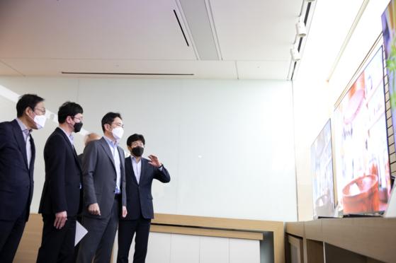 이재용 삼성전자 부회장(오른쪽 둘째)이 김기남 삼성전자 DS부문장(부회장) 등과 함께 19일 삼성디스플레이 아산사업장을 찾아 디스플레이 패널 생산 상황을 살펴보고 있다. [사진 삼성전자]