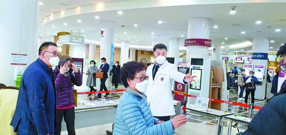 최재욱 고려대 의대 교수가 중앙일보 인터뷰에 앞서 안암병원 현장을 둘러보고 있다. 장세정 기자