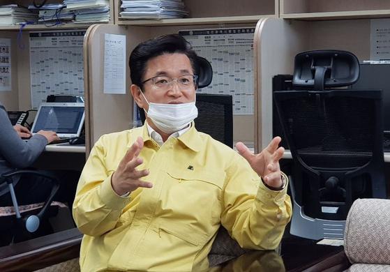 허태정 대전시장이 신종 코로나바이러스 감염증(코로나19) 사태가 진정될 때까지 월급 절반을 성금으로 기탁하겠다고 20일 밝혔다. 연합뉴스