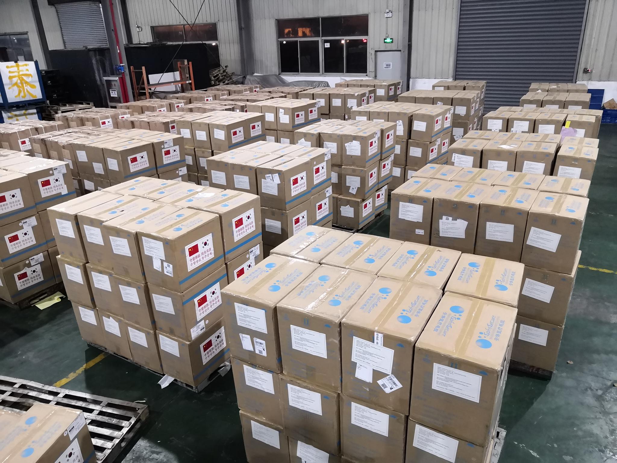 중국 정부가 한국의 코로나19 대응을 돕기 위해 지원하는 마스크 등 방역물자가 지난 10일 중국 상하이의 한 창고에 모여 있다. 사진 주한중국대사관
